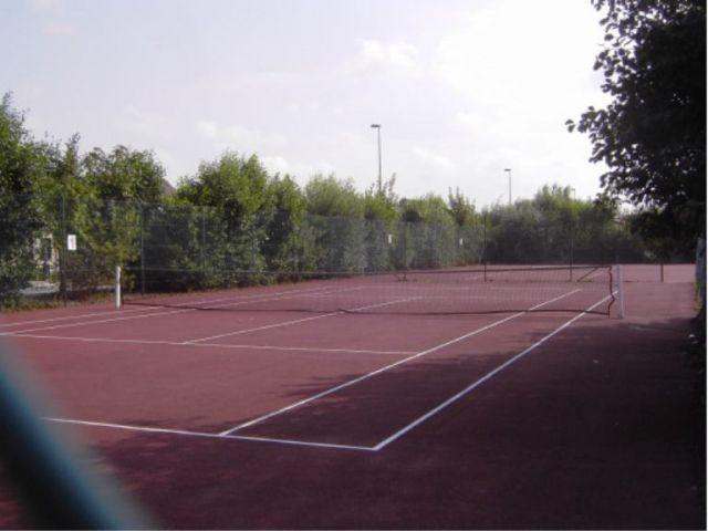 .. und 2 Tennisplätze, Bolzplatz, Spielplatz