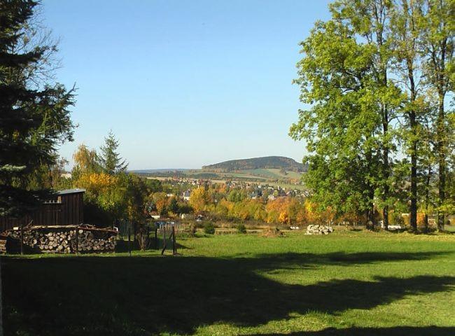 Blick von der Terrasse auf den Ort im Hintergrund der Scheibenberg