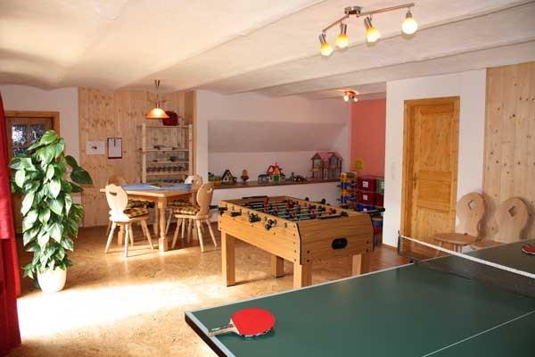 sonniger Freizeitraum mit Kicker und Tischtennis