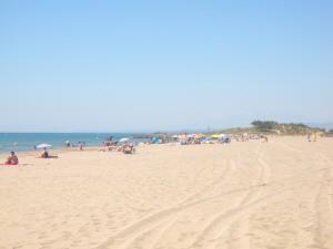 der lange breite Sandstrand im Sommer
