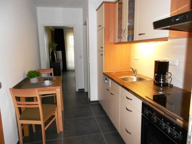 Küche mit Backofen und Spülmaschine