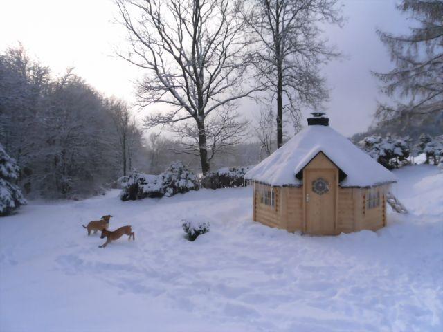 traumhafte Winterwelt, gemütliche Grill-Kota