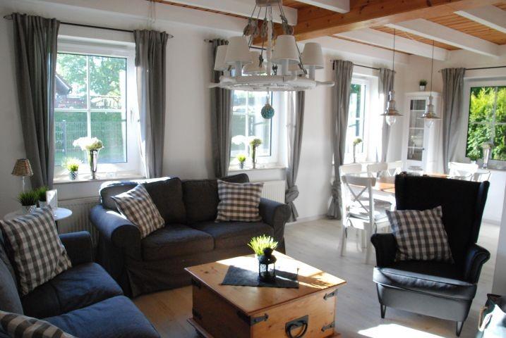 gemütliches Wohnzimmer mit 2 Sofas und Fernsehsessel