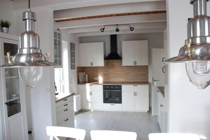 Küche im Landhausstil mit allen wichtigen Kochutensilien