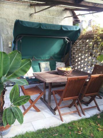 Die Terrasse mit Ess- und Grillplatz