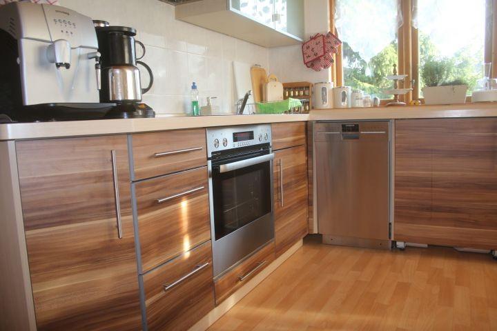 Küche mit Spülmaschine, Kühlschrank, Gefrierschrank