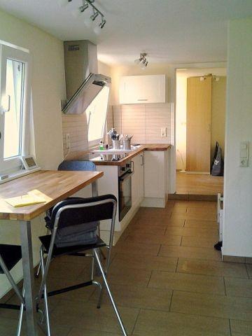 moderner Bungalow mit Essplatz und Küchenzeile
