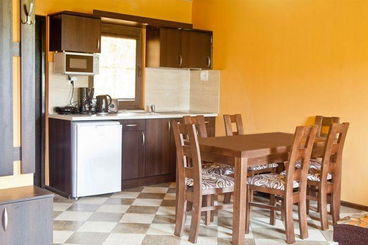 Die Küche ist völlig ausgestattet.