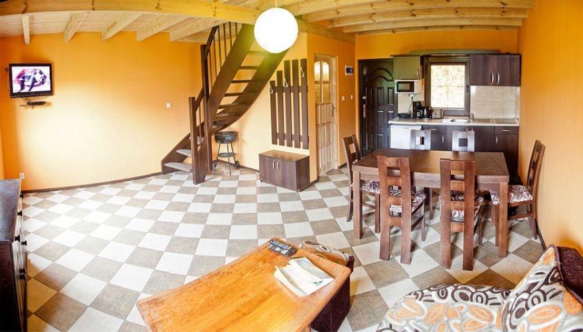 Das Wohzimmer befindet sich in unteren Etage des Hauses. Hier haben Sie ein Sofa, ein Tisch mit Stühlen, Schränke, TV LCD, SAT.