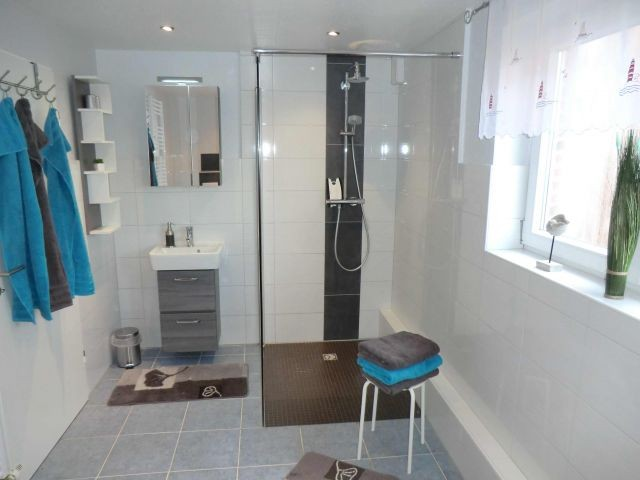 Badezimmer mit ebenerdiger Rainshower-Dusche und direktem Zugang zur Sauna