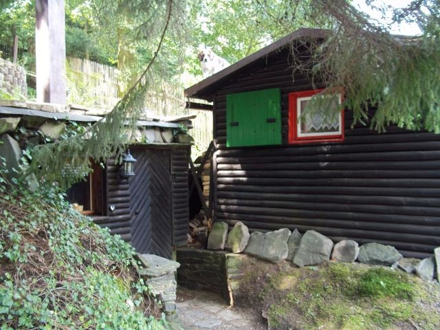 Eingang zur Sauna, daneben die Luchshütte