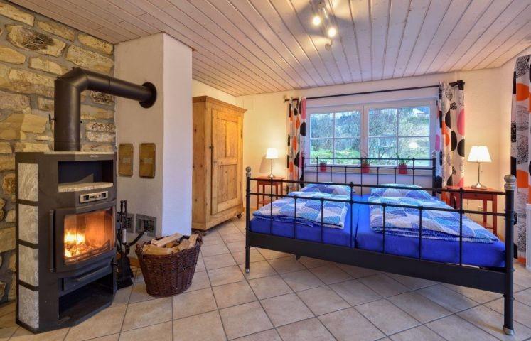 Schlafzimmer mit romantischem Kamin