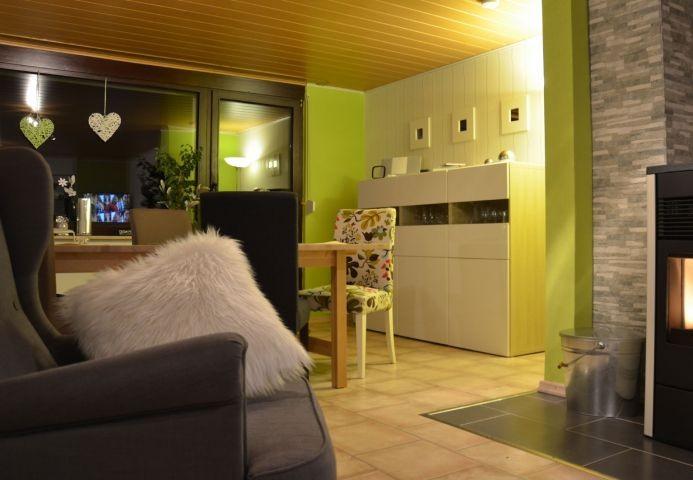 Unser Wohnraum mit großem Tisch und gemütlichen Sesseln. Her steht auch der Pelletofen