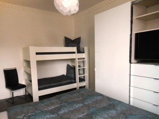großes Schlafzimmer mit Boxspringbett und Etagenbett
