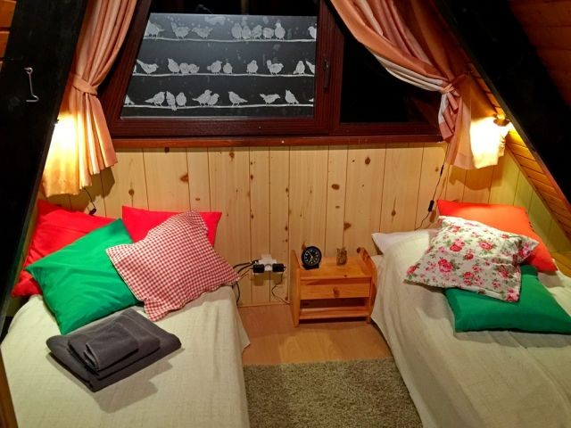 Grünes Schlafzimmer mit zwei Einzelbetten