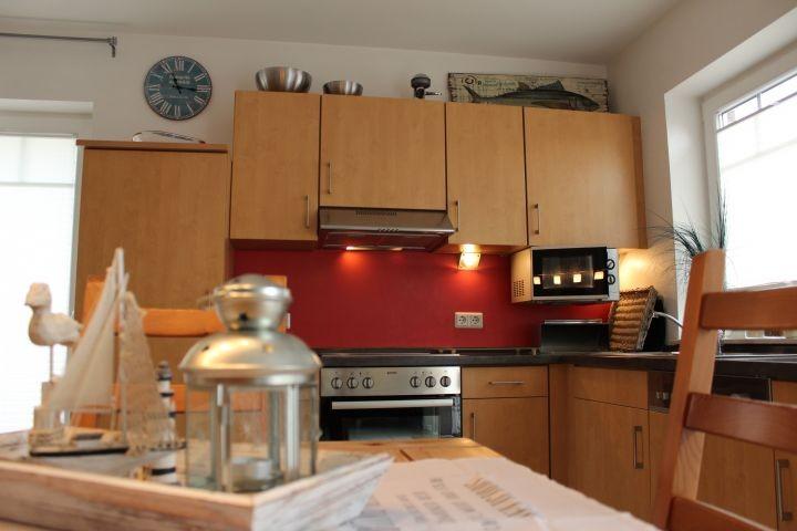 Die Küche  mit Sitzbereich und Blick in den Garten und auf die Grachte